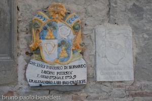 stemmi araldici sulla facciata di un palazzo a dovadola
