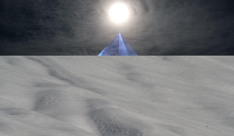 piramide di cristallo blu con sole: rappresentazione simbolica dell'albedo, opera al bianco, secondo stadio evolutivo dell'alchimia