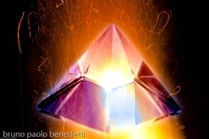 piramide di cristallo che fonde. rappresentazione simbolica della nigredo, l'opera al nero, il primo stadio dell'alchimia