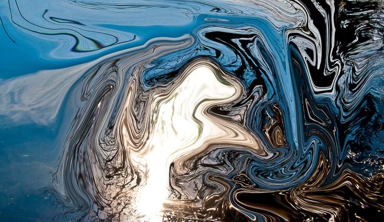 immagine bianca fluida fluttuante su astrazione di acqua in inverno