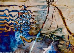 immagine acquatica astratta onirica con forme fluide,linee,onde e colori in tonalità blu e marroni