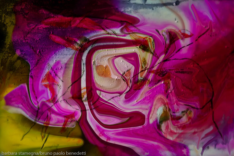immagine astratta con forme astratte rosa turbinanti e dominante di colore fucsia