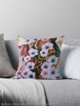 cuscino da divano con disegno di astrazione come di fiori eterei fluttuanti di colore indaco su sfondo screziato variopinto