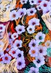 astrazione di fiori eterei fluttuanti di colore indaco su uno sfondo variopinto con screziature