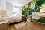 stampa murale astratta di alta qualita creazione di BBS Arte in dominante di colore verde ambientata su una parete di camera da letto