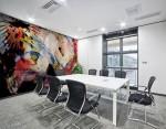 stampa murale con tema astratto creata da BBS arte fotografata su una parete di una sala riunioni