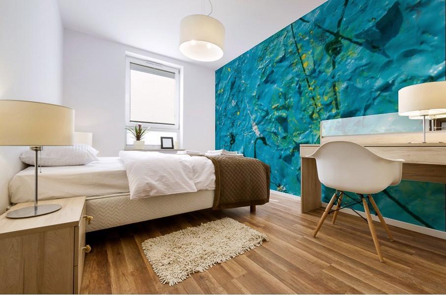 murale astratto con trama di colore blu che riproduce un effetto grezzo con rilievi, linee spezzate e sfumature gialle applicato sulla parete di una camera da letto