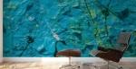 murale astratto con trama di colore che riproduce un effetto grezzo con rilievi, linee spezzate e sfumature gialle applicata sulla parte di uno studio