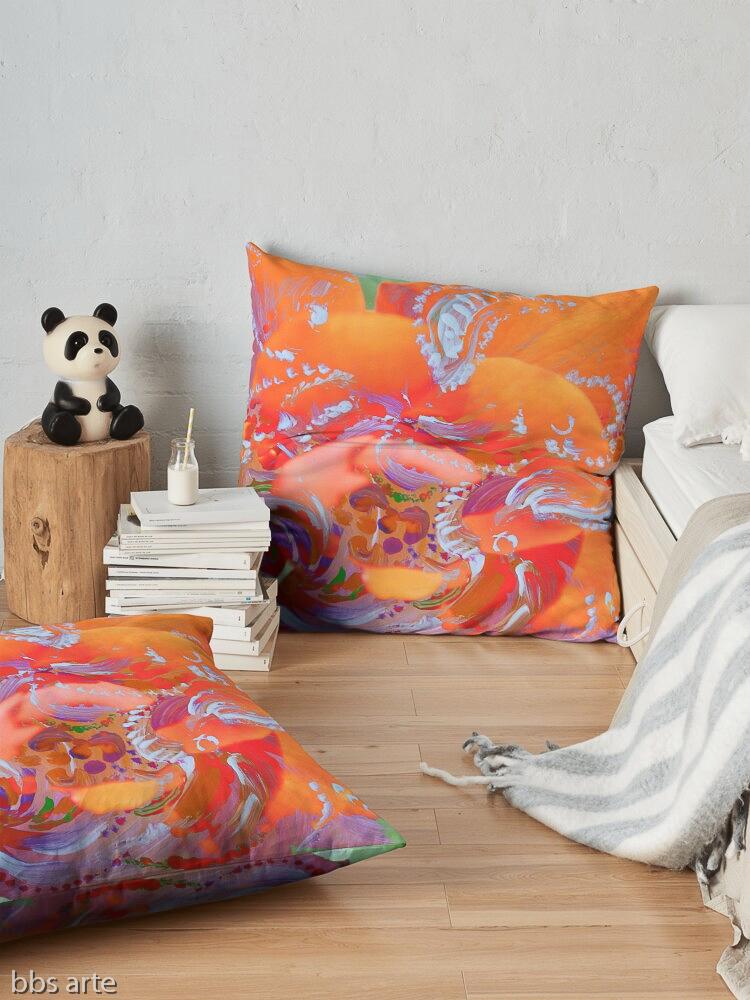 tema astratto con motivo di vortici bianchi su disegno floreale rosa e arancio su cuscino da pavimento